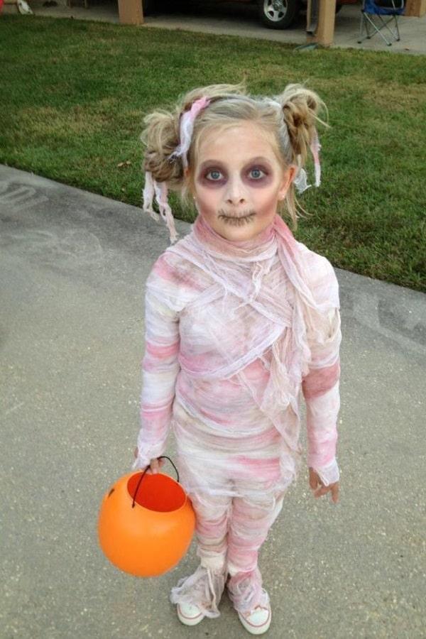 Девочка в костюме мумии