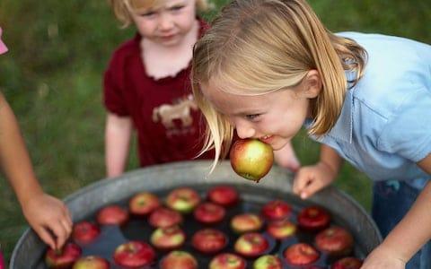 Игры с яблоками в Хэллоуин
