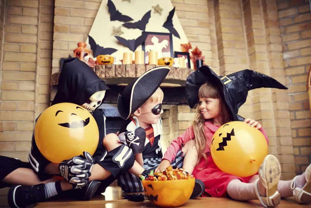 Дети веселятся в Хэллоуин
