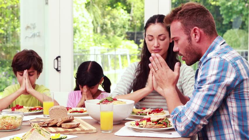 Как правильно крестить еду и для чего