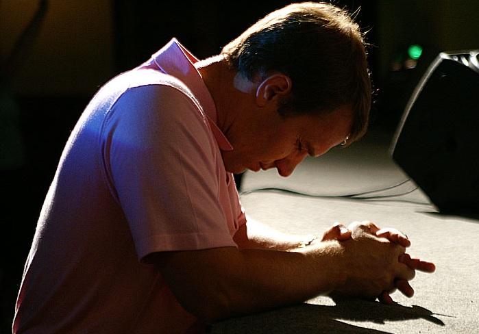 Ангел-Хранитель защищает молящегося