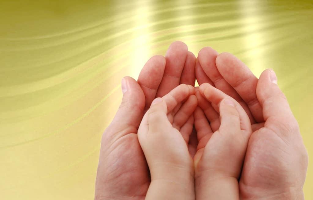 Как правильно молиться и читать молитвы за малышей и взрослых детей родителям