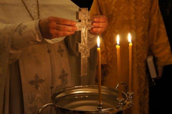 Водосвятный молебен – что это такое, что брать с собой и что делать прихожанам в церкви