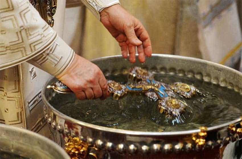 Молитва на освещение воды: текст, что это, для клироса с акафистом на русском и старославянском языках