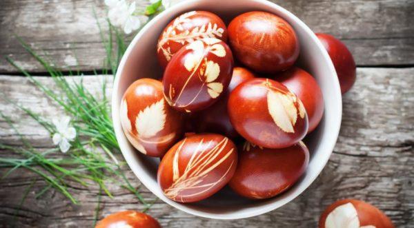 Красить яйца на Пасху